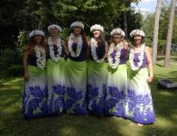 Fellépő csapat auana ruhában