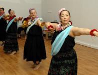 Tradicionális kahiko tánc: amerikai, svájci és japán előadókkal
